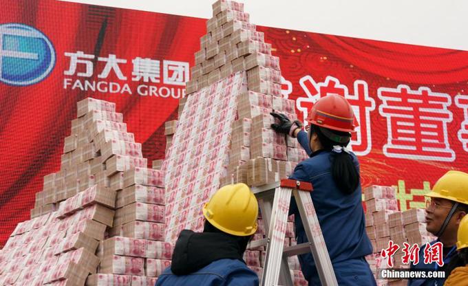Một nhóm nhân viên công ty phải sử dụng thang khi được giao việc sắp xếp các cọc tiền để tạo hình núi trên sân khấu.