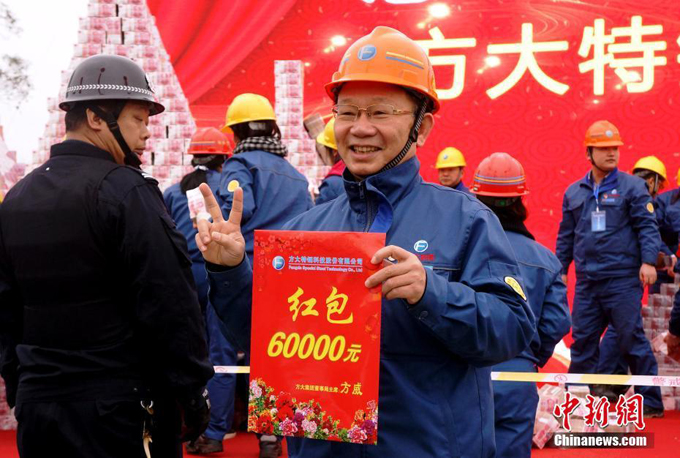 Người đàn ông vui vẻ chụp ảnh cùng tờ giấy xác nhận 60.000 tệ. Nhiều công nhân nhà máy nói đùa rằng: Đây thực sự là một khoản tiền thưởng lớn. Tôi không biết làm sao mà tiêu hết bây giờ!.