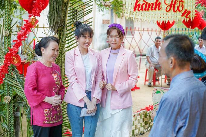 Việt Hương, Ngọc Trinh và Diệu Nhi trong một cảnh phim đám cưới miền Tây.
