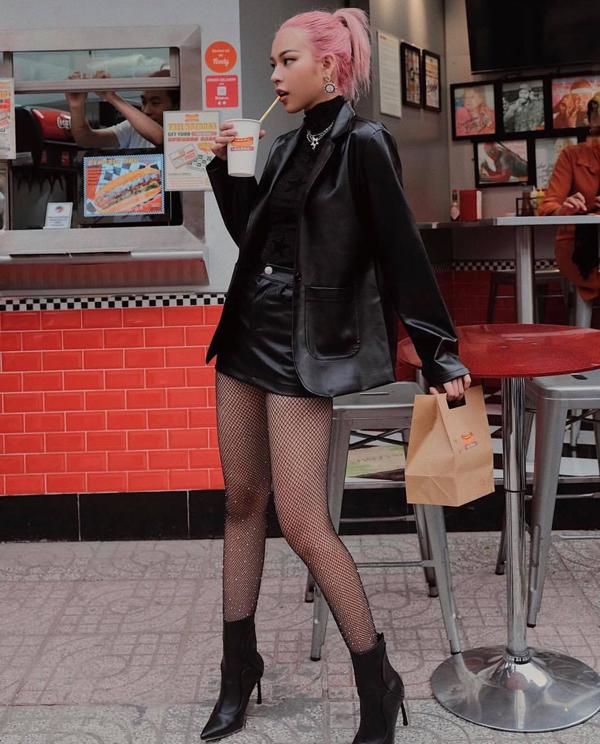 Phí Phương Anh phối đồ đông theo phong cách sexy khi chọn váy siêu ngắn để phối cùng blazer thiết kế trên chất liệu da. PHụ kiện tất lưới, bốt mũi nhọn khiến người mẫu trở nên hút mắt hơn khi dạo phố.
