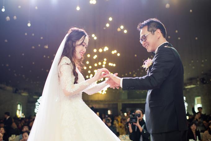 Vợ chồng NSND Trung Hiếu trao nhẫn cưới tại
