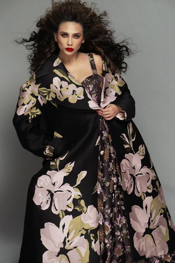 Đầm hoa màu trầm sóng đôi với áo khoác cùng sắc độ mang đến vẻ ngoài thanh lịch mà không kém phần độc đáo. Sự đối lập về những mảng họa tiết với kích thước to - nhỏ khác nhau cũng cho thấy sự nghiên cứu, pha trộn tinh tế của tác giả.