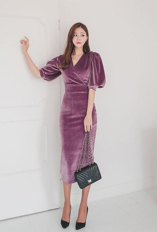 Váy nhung được xây dựng trên nhiều phom dáng mang tính ứng dụng cao.Tuy nhiên các cô nàng có thân hình hơi tròn trĩnh nên cân nhắc kỹ khi chọn các trang phục bóng bẩy này.