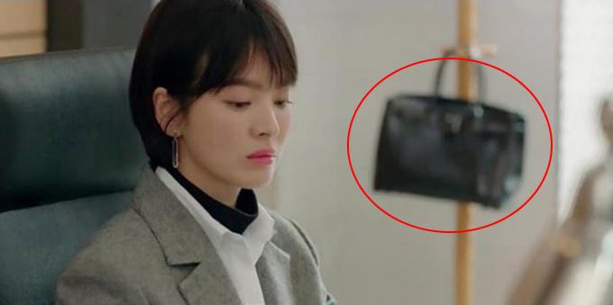 Sau hai tháng lên sóng, phim truyền hình Hàn Quốc Encounter đang đi đến hồi kết. Trong phim, Song Hye Kyo vào vai Soo Hyun - con gái thị trưởng Seoul, đồng thời quản lý một khách sạn lớn. Ở mọi cảnh quay, cô đều diện trang phục và phụ kiện hàng hiệu. Đẳng cấp nhất trong số đó là chiếc túi Hermes Birkin xuất hiện ở tập 3, có giá tối thiểu khoảng 300 triệu đồng.