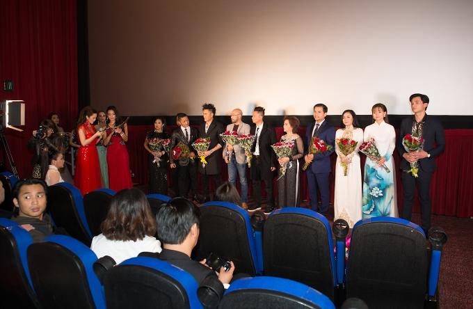 Đạo diễn Quốc Võ hội ngộ cùng đạo diễn Cường Ngô và ca sĩ Đan Nguyên trong đêm ra mắt phim Bàn Tay Máu. - 1