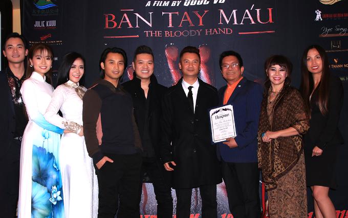 Đạo diễn Quốc Võ hội ngộ cùng đạo diễn Cường Ngô và ca sĩ Đan Nguyên trong đêm ra mắt phim Bàn Tay Máu.