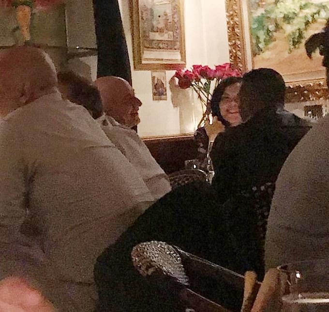 Jeff và Sanchez trò chuyện với hai người cùng bàn khi ăn tối ở Los Angeles hôm 30/10/2018. Ảnh: National Enquirer.
