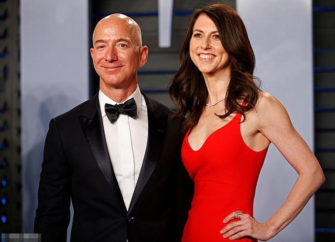 Jeff Benzos và vợ, Mackenzie, trước khi ly hôn. Ảnh: Reuters.