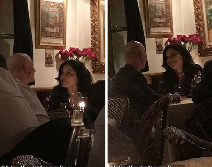 Ông chủ Amazon và người tình Lauren Sanchez cùng ăn tối ở nhà hàng Capo, Los Angeles hôm 30/10. Ảnh: National Enquirer.