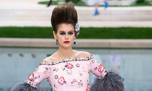 Con gái Cindy Crawford catwalk trong 'căn villa' Chanel
