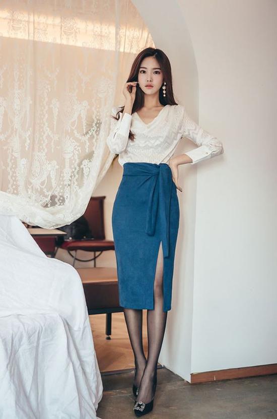 Vẫn là trang phục áo ren đi cùng chân váy bút chì, nhưng để cuốn hút hơn đi tiệc bạn gái có thể thử nghiệmváy xẻ đi kèm vạt quấn.