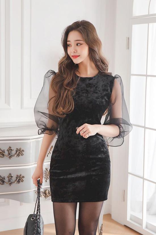 Những mẫu váy nhung đúng trào lưu thời thượng cũng là sản phẩm các nàng nên tham khảo. Váy ngắn ôm khít eo được trang trí thêm phần tay bồng bắt mắt bằng vải voan mỏng.