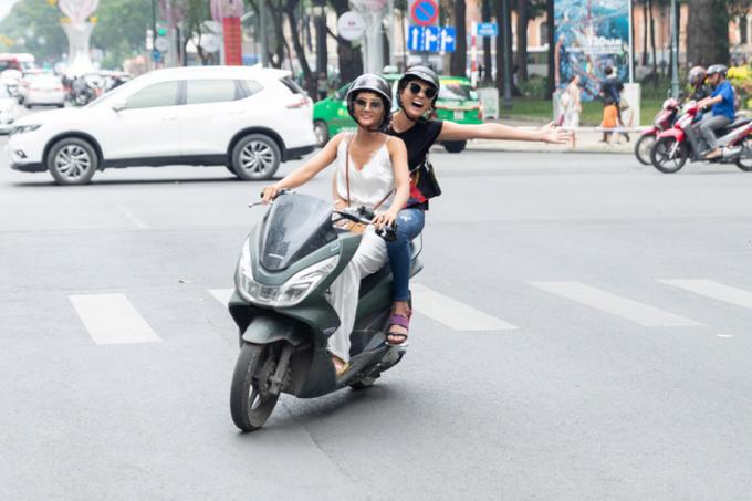 HHen Niêlái xe máy chở Hoa hậu Nhật Bản dạo phố Sài Gòn.