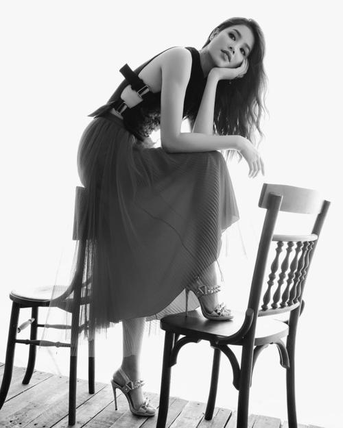 Phạm Hương khoe ảnh chụp cho một thương hiệu thời trang mà cô yêu thích. Kể từ sau tin đồn sang Mỹ sinh con, người đẹp rất hạn chế đăng ảnh trên mạng xã hội.