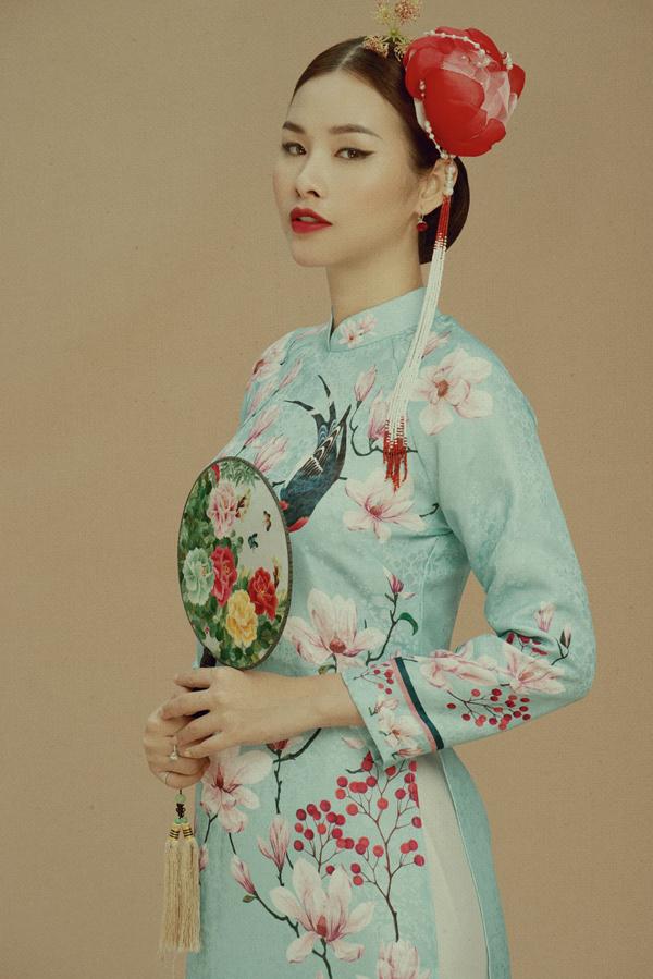 Thanh Trang sinh năm 1993, được chú ý khi đoạt giải Á hậu cuộc thi Hoa hậu các quốc gia 2017. Trước khi đăng quang tại cuộc thi nhan sắc tổ chức ở Trung Quốc, Thanh Trang là người mẫu quen thuộc trên sàn diễn TP HCM. Cô vừa thực hiện bộ ảnh với sưu tập áo dài Tết. Trang phục màu xanh nhạt kiểu truyền thống, mái tóc búi thấp, phụ kiện quạt tròn tôn vẻ duyên dáng pha chút cổ điển cho người đẹp.