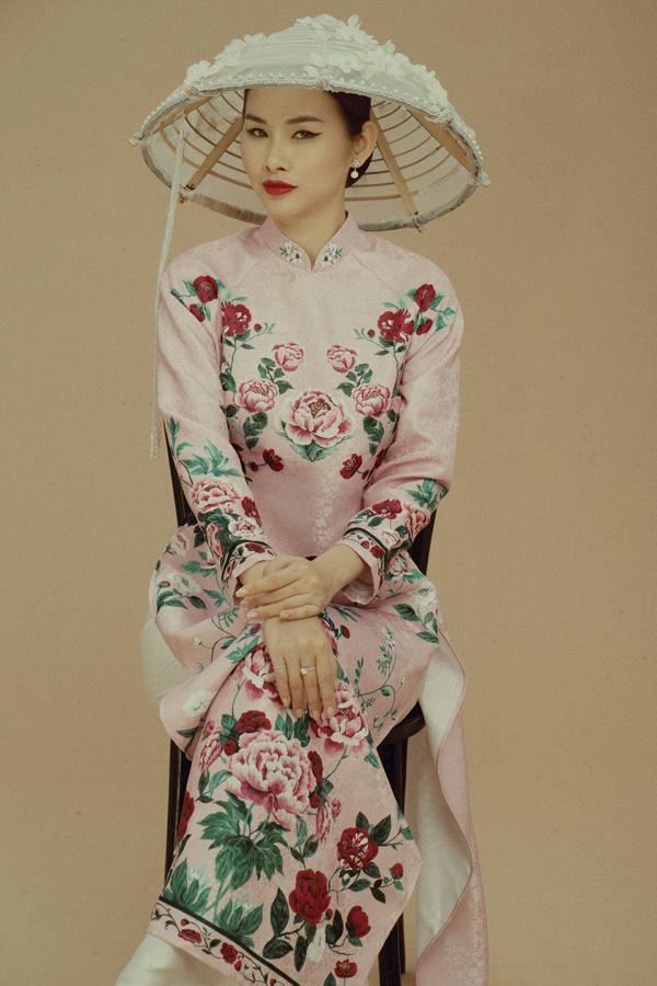 Thanh Trang chọn kiểu trang điểm mắt một mí, đuôi dài cá tính. Chiếc nón đính hạt và những cánh bướm 3D tạo điểm nhấn thú vị cho cô.