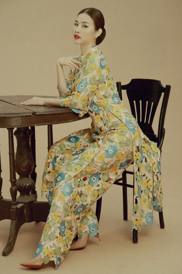 Áo dài ren hoa là lựa chọn của nhiều người đẹp trong mùa Tết. Thanh Trang lưu ý với chất liệu này, phái đẹp nên mặc nội y màu da và che chắn kỹ càng để không gặp sự cố hoặc khiến người khác thấy phản cảm.