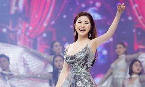 Hương Tràm chạy show đến Tết kiếm tiền trả nợ