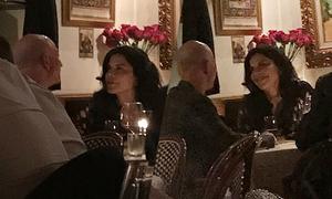 Tỷ phú Amazon lộ ảnh ăn tối với tình nhân 3 tháng trước ly hôn