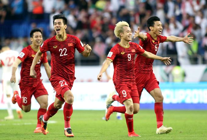 Các cầu thủ Việt Nam sau trận thắng Jordan ở vòng 1/8. Ảnh: Anh Khoa.