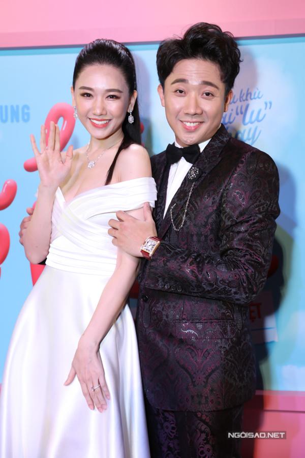 Trấn Thành mặc lịch lãm sánh đôi bà xã Hari Won trong buổi ra mắt phim.