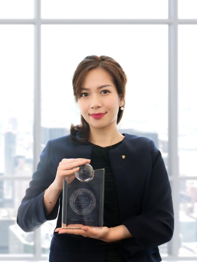 Bà Trần Thu Hương - Giám đốc Chiến lược kiêm Giám đốc Khối Ngân hàng bán lẻ của VIB nhận giải thưởng từ GBAF.