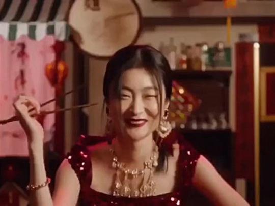 Trong khi quay, Tả không thoải mái khi phải dùng đũa ăn đồ tây vàdiễn xuất quá đà. Ảnh cắt từ video của D&G.