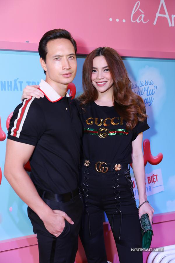 Hồ Ngọc Hà sành điệu với trang phục hàng hiệu, tình cảm khoác vai bạn trai Kim Lý.