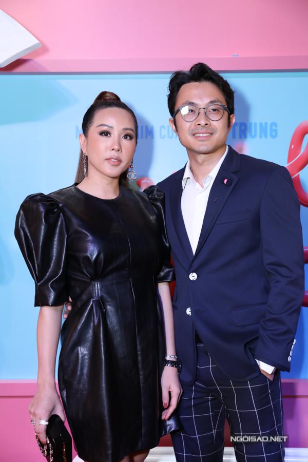 Hoa hậu Thu Hoài được tình trẻ tháp tùng tới buổi ra mắt phim Cua lại vợ bầu.
