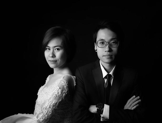Hình cưới của uyên ương được chụp theo phong cách đơn giảntại studio.