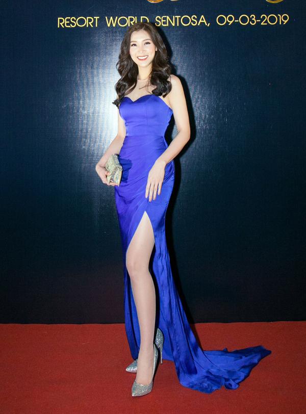Hoa hậu Áo dài Phí Thùy Linh lộng lẫy trên thảm đỏ.