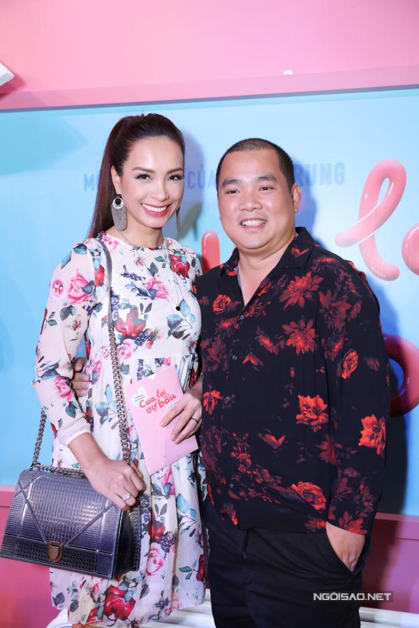 Nhạc sĩ Minh Khang không ngại lộ chiều cao khiêm tốn khi đứng bên bà xã Thúy Hạnh.
