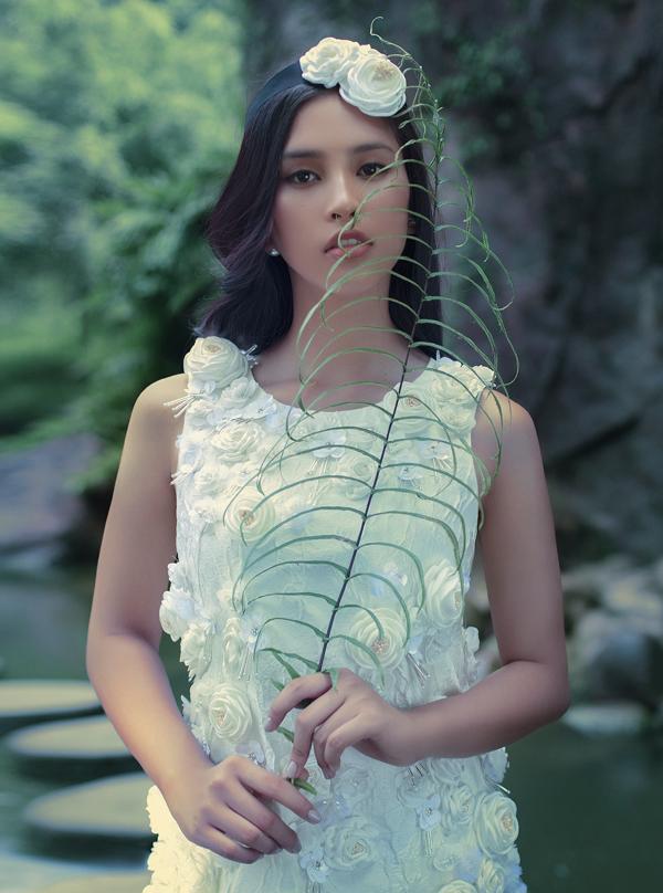 [Caption] Với kiểu dáng sang trọng trên chất liệu gấm cao cấp xử lý dập nổi hoa trà my theo công nghệ Hàn Quốc, cùng kỹ thuật đính kết những cánh hoa đầy tinh tế, bộ sưu tập như một khúc ca du dương ngợi ca một nhan sắc xuân thì đang vào độ chín, say sưa toả sắc hương thơm ngát giữa vườn đời. Cùng ngắm nhìn Hoa Hậu Tiểu Vy trong Bộ sưu tập Pre - Spring Summer 2019 Limited Edition của thương hiệu VUNGOC&SON.