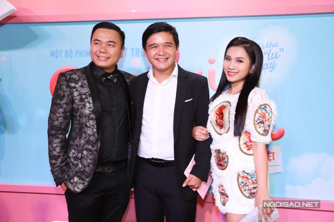 Đạo diễn Võ Thanh Hòa và vợ - diễn viên Mai Bảo Ngọc chụp ảnh cùng đạo diễn Nhất Trung (ngoài cùng bên trái).