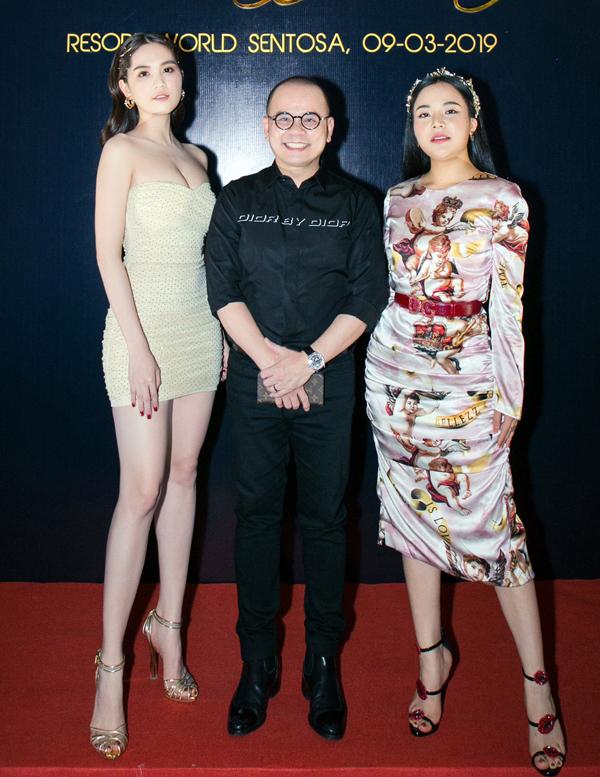 Ngọc Trinh chụp ảnh cùng doanh nhân Dương Quốc Nam (giữa) và Hoa hậu Stella Chang (ngoài cùng bên phải).