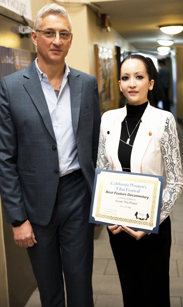 Giáo sư Roy Finch, một đạo diễn phim nổi tiếngHollywood cũngchúc mừng Linh Nga và dành những lời khen ngợi cho bộ phim tài liệu của cô.