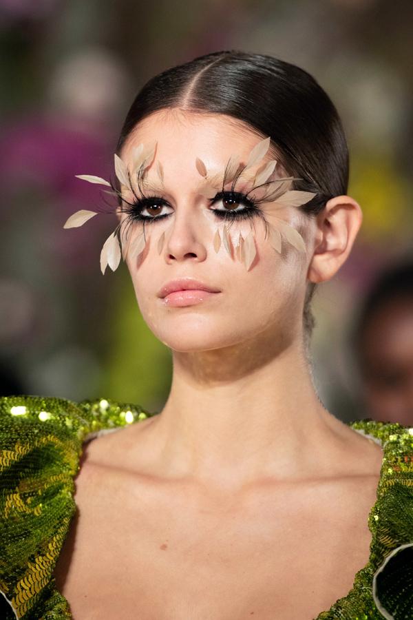 Chỉ mới chính thức bước lên sàn catwalk từ tháng 9/2017 nhưng con gái cựu siêu mẫu Cindy Crawford nhanh chóng gây tiếng vang và trở thành ngôi sao ở bất kỳ show nào cô góp mặt. Thậm chí, mỹ nhân sinh năm 2001 còn đoạt giải Người mẫu của năm thuộc khuôn khổ British Fashion Awards 2018. Cô hiện là gương mặt yêu thích của nhiều thương hiệu lớn, trong đó có Chanel.