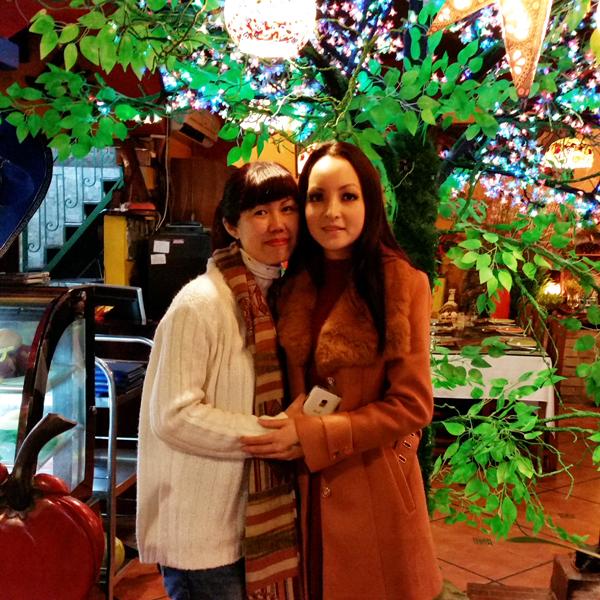Linh Nga và Thoa - nhân vật chính trong phim tài liệu Inside This Peace. Thoa là một nạn nhân chất độc da cam/dioxin mà nữ diễn viên gặp khi cô mới 13 tuổi.