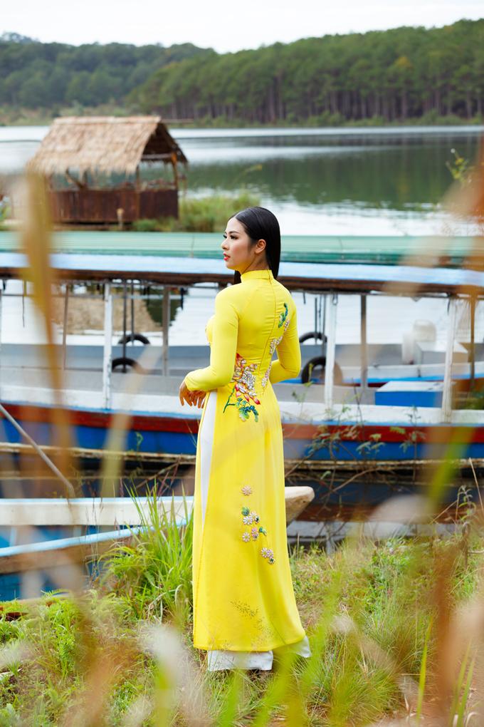 Áo dài cưới thêu hoa trên lụa Bảo Lộc do Ngọc Hân thiết kế
