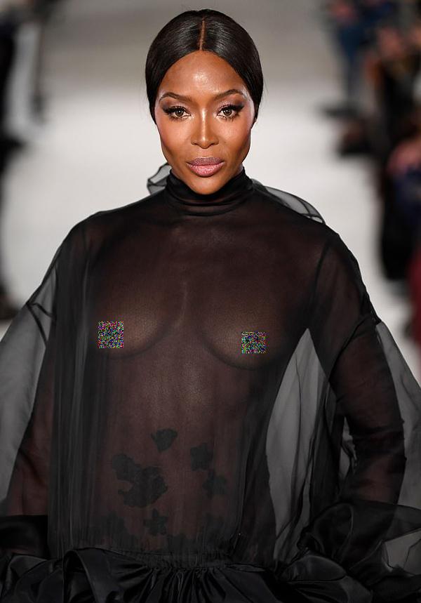 Đây là lần đầu tiên sau 14 năm, Naomi trở lại trình diễn cho nhà mốt Italy danh tiếng. Show Valentino trước đó cô góp mặt là Couture Xuân 2005.