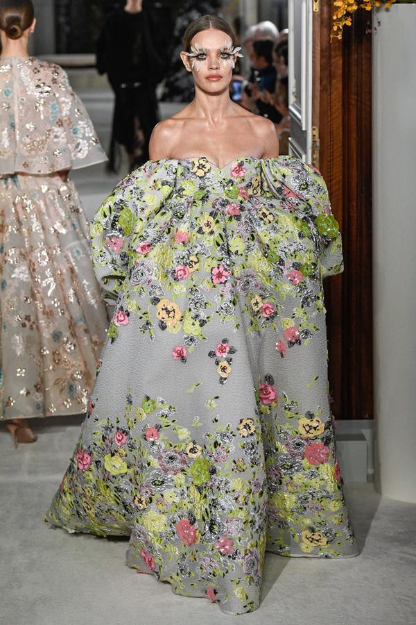 Siêu mẫu Nga Natalia Vodianova cũng xuất hiện với lối make-up gắn lông vũ độc đáo như Kaia Gerber.