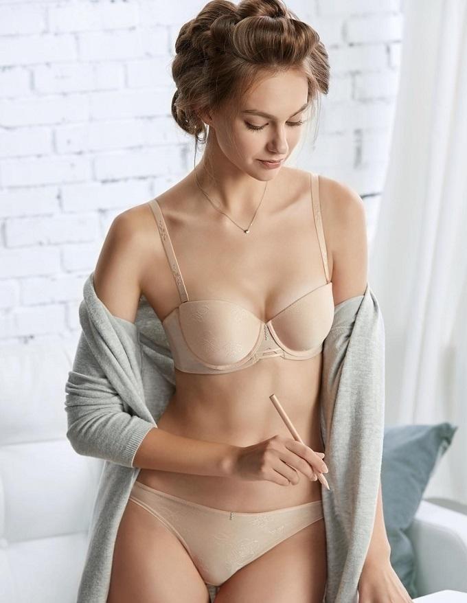 Các nhà thiết kế của Bon Bon đã khéo léo kết hợp chất liệu vải mềm, thân thiệnvới làn da với cácchi tiết ren để mang lại vẻ đẹp cho từng mẫu nội y của bộ sưu tập.
