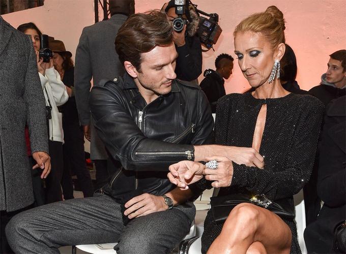 Nữ ca sĩ ngồi cùng vũ công 34 tuổi Pepe Munoz và được anh chàng này chỉnh hộ váy áo.
