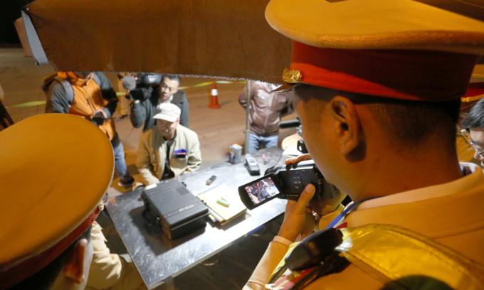Trước đó, đêm 21/1 một tài xế container ở Lâm Đồng bị tổ Công tác của Cục CSGT phát hiện dương tính với ma tuý khi lái xe đi qua trạm thu phí trên cao tốc Pháp Vân, Cầu Giẽ.Ảnh: Sơn Dương