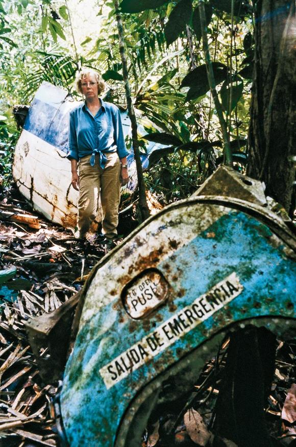 Juliane Koepcke quay trở lại địa điểm máy bay rơi trong rừng Amazon sau khi trưởng thành. Ảnh: Rex.