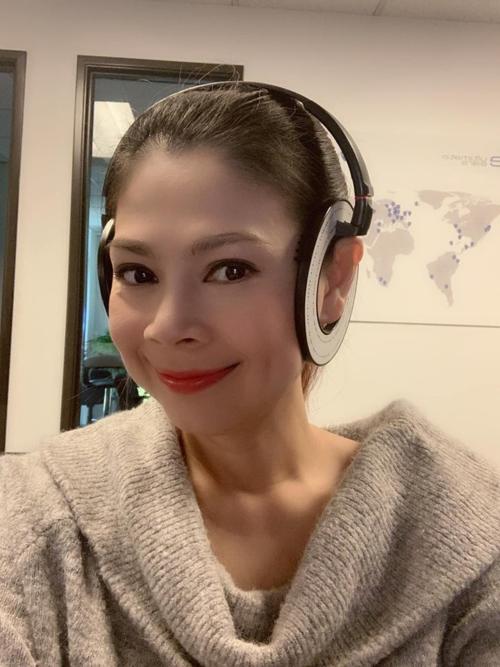 Ca sĩ Thanh Thảo hào hứng đi sắm tai nghe chuẩn bị cho liveshow.