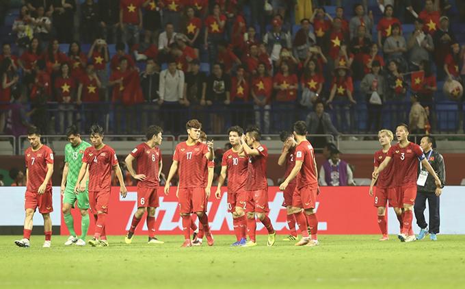 Cầu thủ Việt Nam tiếc nuối sau trận thua sát nút trước Nhật Bản. Ảnh: Đức Đồng.