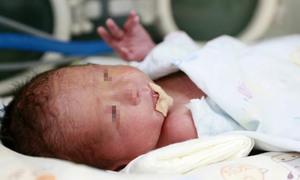 Em bé đầu tiên ở Trung Quốc sinh ra từ tử cung cấy ghép
