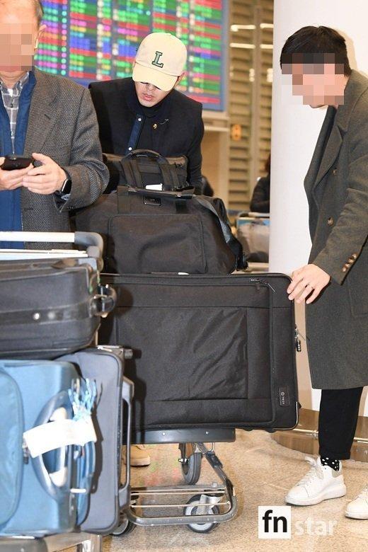 Hyun Bin mang theo rất nhiều hành lý, cho thấy chuyến đi vừa qua của anh khá dài hơi.