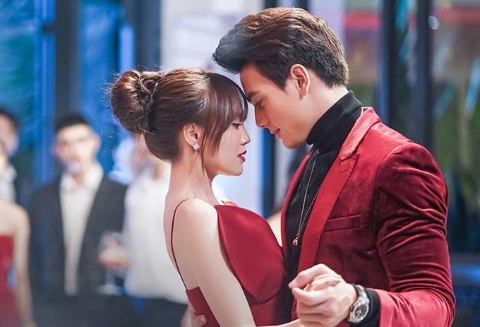 Một khoảnh khắc tình tứ của cặp đôi trong phim.